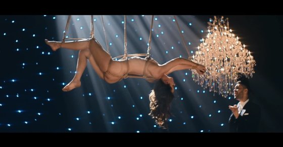 """Kadras iš vaizdo klipo/Dakota Johnson ir The Weeknd dainos """"Earned It"""" vaizdo klipe"""