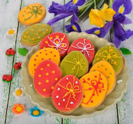 Shutterstock nuotr./Glajumi papuošti kiaušinių formos sausainiai