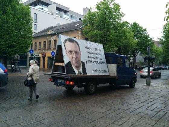 Skaitytojo Eriko nuotr./Naglis Puteikis ir jo reklaminis automobilis, pažeidžiantis KET