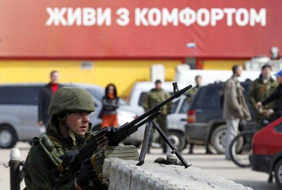 """""""Reuters""""/""""Scanpix"""" nuotr./Rusijos karys prie  Ukrainos karinių jūrų pajėgų štabo Sevastopolyje"""