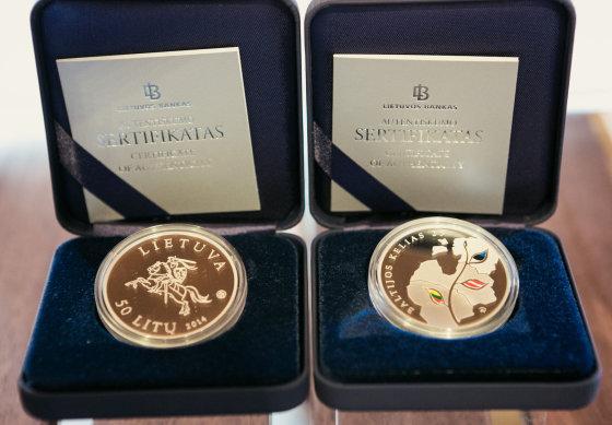 Andriaus Ufarto/BFL nuotr./Proginės 25 ir 50 litų monetos