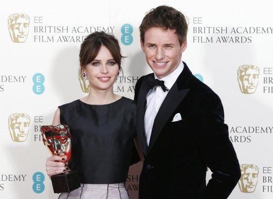 """""""Reuters""""/""""Scanpix"""" nuotr./Felicity Jones ir Eddie Redmayne'as atsiėmė apdovanojimą už geriausią britų filmą """"Visko teorija"""""""