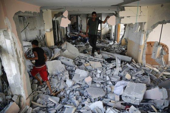 """""""Reuters""""/""""Scanpix"""" nuotr./Į sugriuvusius namus sugrįže palestiniečiai ieško savo daiktų"""