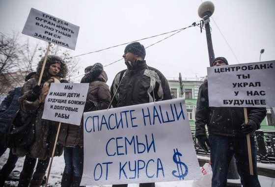 """""""Scanpix""""/ITAR-TASS nuotr./Paskolas JAV doleriais turinčių žmonių protestas prie Rusijos centrinio banko Maskvoje"""