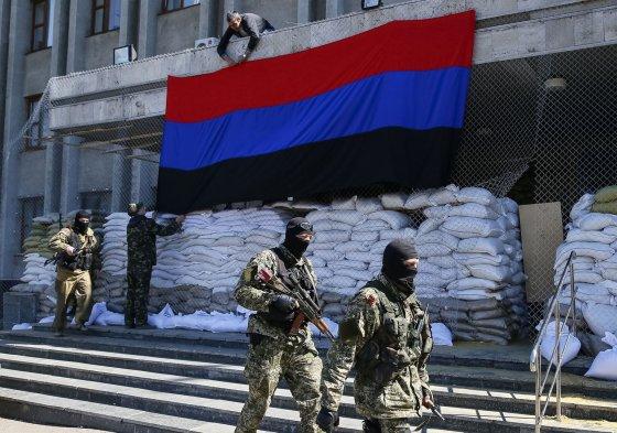 """""""Reuters""""/""""Scanpix"""" nuotr./Rusų kariai ir separatistai Slovjanske"""