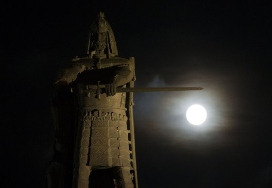 Irmanto Gelūno/15min.lt nuotr./Įspūdinga mėnulio pilnatis šviečia Vilniui.