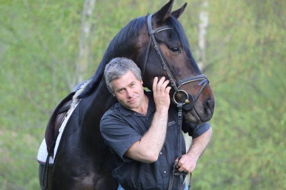 Juliaus Kalinsko/15min.lt nuotr./Virginijus Pliuskys su žirgu Herakliu
