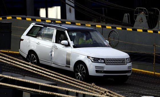 """""""Scanpix""""/""""PA Wire""""/""""Press Association Images"""" nuotr./Iš laivo """"Hoegh Osaka"""" išvaromas automobilis"""
