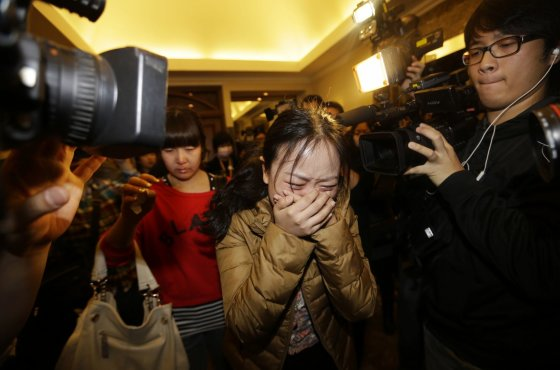 """""""Reuters""""/""""Scanpix"""" nuotr./Dingusio Malaizijos lėktuvo keleivių artimieji"""