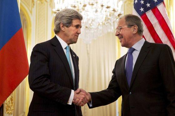 """""""Reuters""""/""""Scanpix"""" nuotr./JAV sekretorius Johnas Kerry ir Rusijos užsienio reikalų ministras Sergejus Lavrovas"""