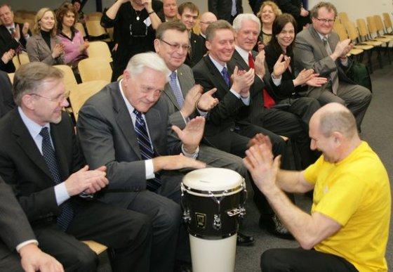 """Andriaus Ufarto/BFL nuotr./Valdas Adamkus muša būgną per Vilniaus knygų mugės atidarymą """"Litexpo"""" parodų rūmuose."""