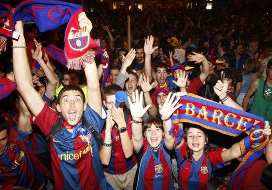"""""""Reuters""""/""""Scanpix"""" nuotr./Barselonoje žmonės švenčia vietos komandos pergalę."""