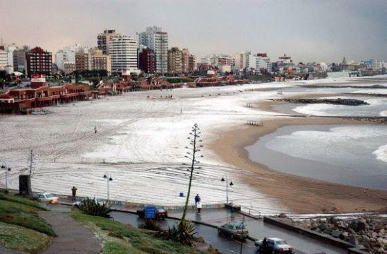 """""""Reuters""""/""""Scanpix"""" nuotr./Sniegu padengtas Mar del Platos paplūdimys Buenos Airėse, Argentinoje"""