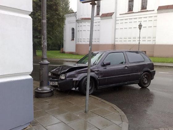 15min.lt skaitytojo Karolio nuotr./Automobilis Maironio g. įsirėžė į stulpą ir iš įvykio vietos nuvažiavo