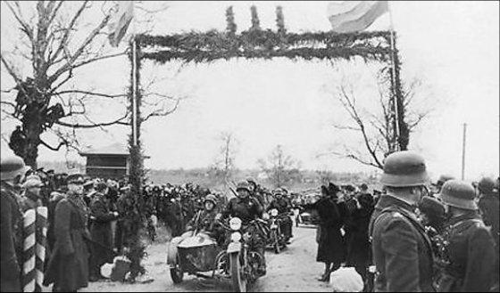 Juliaus Mieželaičio nuotr./Lietuvos nacionalinis muziejus/Motorizuoti pėstininkai kerta buvusią demarkacijos linija ties širvintomis 1939 m. spalio 27-ąją.
