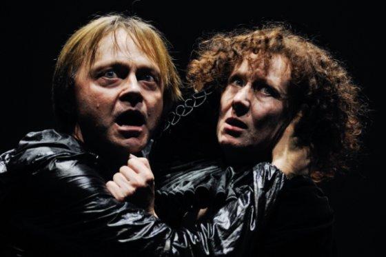 """Oskaro Koršunovo teatro archyvo nuotr./Scena iš spektaklio """"Hamletas"""": Darius Meškauskas ir Nelė Savičenko"""