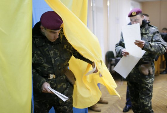 """""""Reuters""""/""""Scanpix"""" nuotr./Ukrainiečiai atiduoda balsuos."""