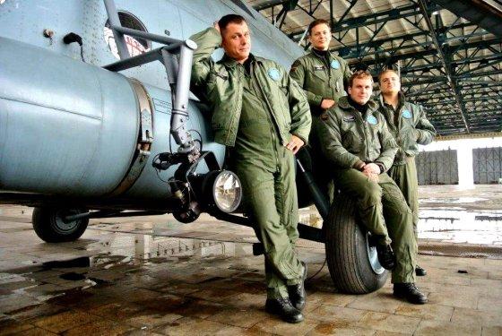 Žilvino Pekarsko/15min.lt nuotr./KOP sraigtasparnio ekipažas: iš kairės – Eduardas Gaučius, greta stovi Gediminas Puišys, Remigijus Kiburys, Eimantas Vaišvila.