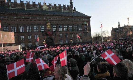 Andriaus Vaitkevičiaus/15min.lt nuotr./Karalienę rotušės aikštėje sveikino tūkstančiai žmonių