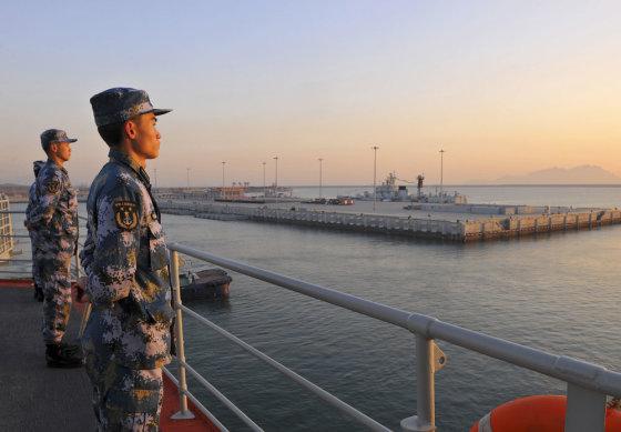 """""""Reuters""""/""""Scanpix"""" nuotr./Kinijos kariai lėktuvnešio """"Liaoning"""" denyje"""