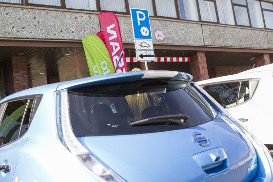 Irmanto Gelūno/15min.lt nuotr./Lietuvoje atidaryta pirmoji elektromobilių greitojo įkrovimo stotelė.