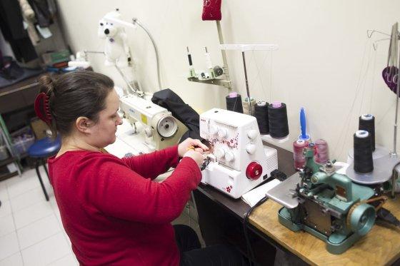 Irmanto Gelūno/15min.lt nuotr./Tarp didžiausių mažos siuvyklos iššūkių – rasti tinkamą darbuotoją