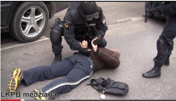 Kadras iš LKPB filmuotos medžiagos/Įtariamojo sulaikymas