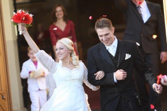 Juliaus Kalinsko/15min.lt nuotr./Žaslių bažnyčioje susituokė Indrė Augustaitytė ir Mantas Stonkus.