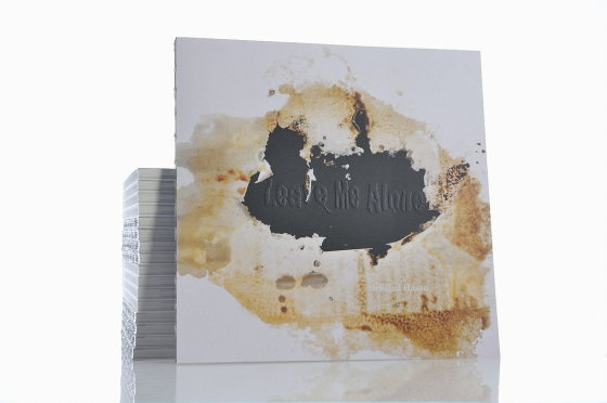 Knygos viršelyje pademonstruota, kaip rūgštis subjauroja popierių.