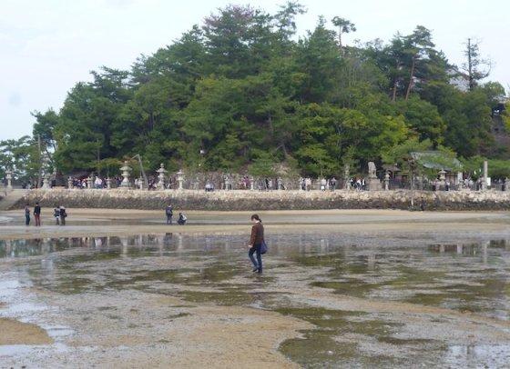 Eglės Digrytės nuotr./Per atoslūgį šventyklos vartus Mijadžimoje galima pasiekti smėliu