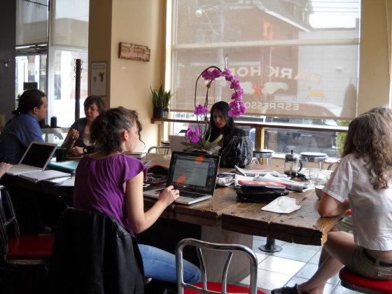 Solotravelerblog.com nuotr./Bendruomenės stalai.