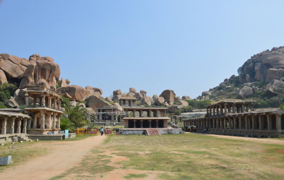 Turistai į Hampi plūsta aplankyti daugybės išlikusių hinduistų šventyklų ir unikalios gamtos: miestas ir jo apylinkės apsuptas didžiulių uolų ir riedulių.