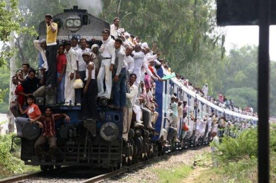 Perpildytas traukinys Indijoje