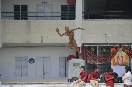 Karolio Barecko nuotr./Skulptūra mokyklos kieme.