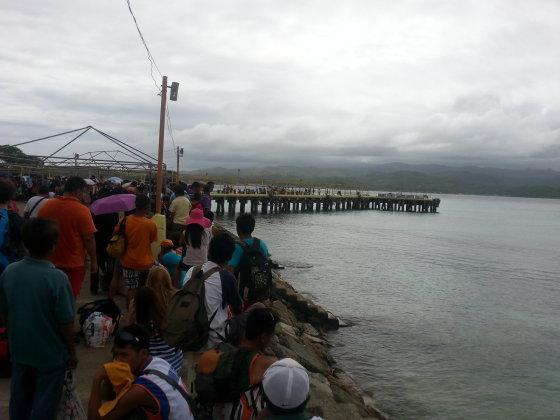 Štai tokioje eilėje stovėjusiems lietuviams išplaukti iš salos prieš taifūno pradžią nepavyko.