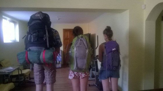 Vaikino, kuris keliauja po Balkanus neapibrėžtą laiką, ir panelių, Bulgarijoje praleidusių 2 savaites, kuprinių skirtumai