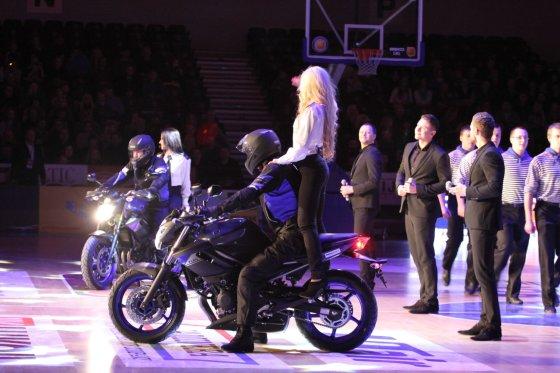 """Tomo Pikturnos nuotr./Į aikštelę """"Mochito"""" merginos įvažiavo ant motociklų."""