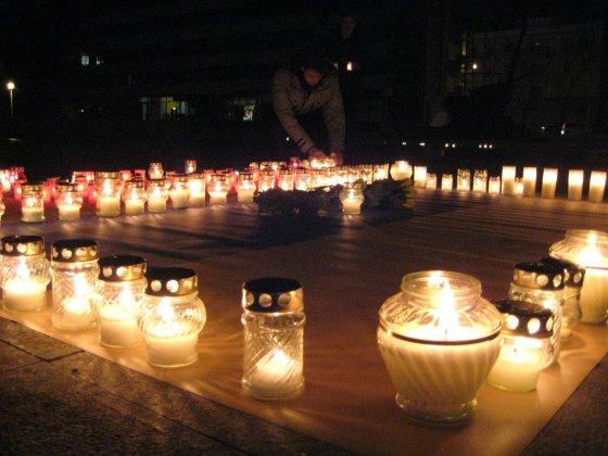 Aurelijos Kripaitės/15min.lt nuotr./Klaipėdiečiai aukas Kijeve pagerbė uždegdami po gedulo žvakutę Atgmimo aikštėje.