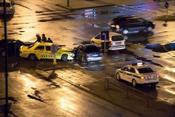 Tomo Pikturnos nuotr./Eismo įvykio metu taksi susidūrė su žaliu klevo lapu pažymėtu BMW.