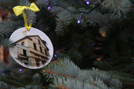 Dalios Grikšaitės nuotr./Kurhauzo istorija iškabinta ant kalėdinės eglės.