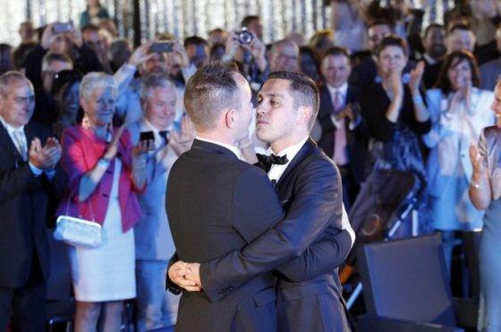 Scanpix nuotr./Vincentas Autinas ir  Bruno Boileau - pirmoji Prancūzijoje susituokusi gėjų pora.