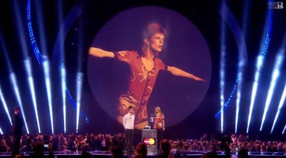 Stop kadras/Davidui Bowie skirtą apdovanojimą atsiėmė Kate Moss