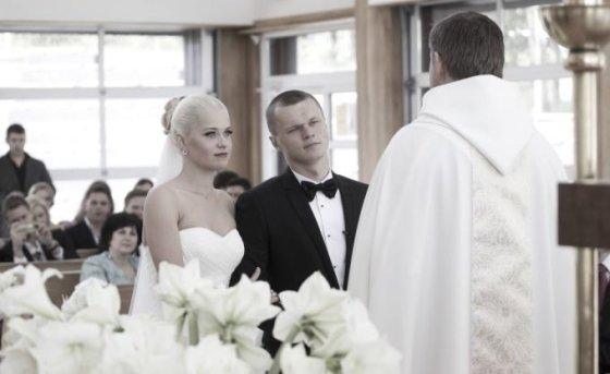 """Viganto Ovadnevo/žurnalo """"Žmonės"""" nuotr./Sandra Lukšytė ir Darvydas Šernas savo vestuvių dieną Nidos bažnyčioje"""