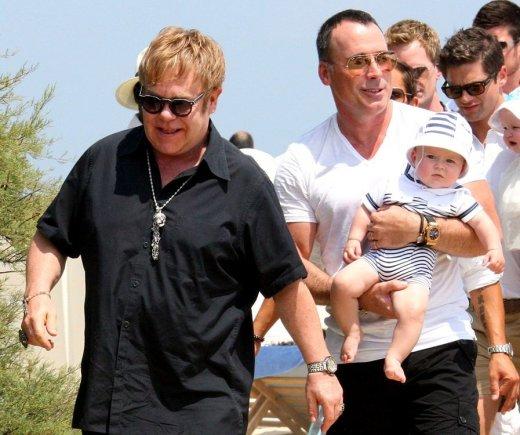 """""""Scanpix"""" nuotr./Eltonas Johnas su partneriu Davidu Furnishu ir jų sūnumi Zachary"""