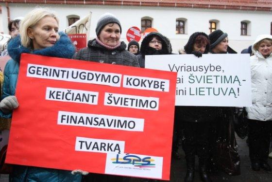 Juliaus Kalinsko/15min.lt nuotr./Pedagogai mitingą surengė piktindamiesi mažėjančiu finansavimu