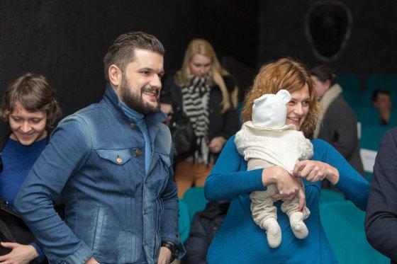 Juliaus Kalinsko/15min.lt nuotr./Dominykas Kubilius ir Laura Paukštė su dukrele Matilda