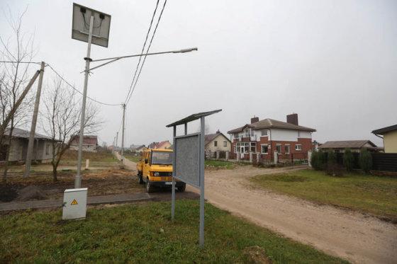 15min.lt/Juliaus Kalinsko nuotr./Skelbimų lenta ir saulės elementais maitinamas žibintas