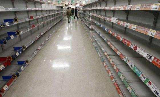 """""""Reuters""""/""""Scanpix"""" nuotr./Tokijo prekybos centre tuščios lentynos"""