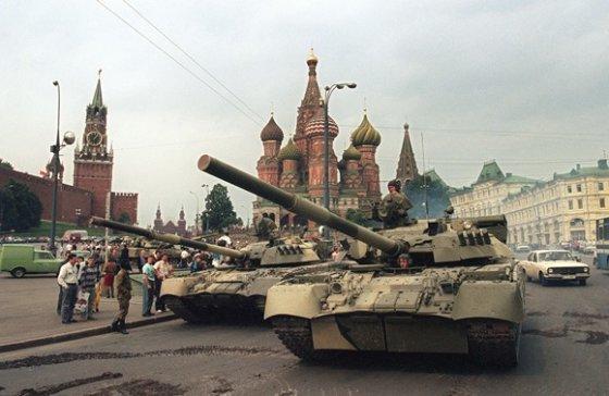 """AFP/""""Scanpix"""" nuotr./1991 metų rugpjūčio 19-ąją Maskvos centre pasirodė tankai."""