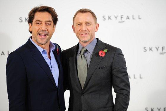 """AFP/""""Scanpix"""" nuotr./Javieras Bardemas (kairėje) ir Danielis Craigas"""